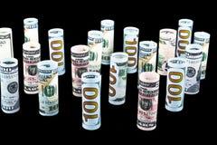 Dollar Het broodje van dollarbankbiljetten in andere posities De Amerikaanse munt van de V.S. op zwarte raad De Amerikaanse brood Royalty-vrije Stock Fotografie