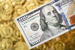 Dollar honderd op hand en muntstukken Stock Foto