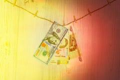 Dollar, hryvnia och rubel inställda på klädnypor Penningtvätt, valutabedrägeri och korruptionbegrepp arkivbilder