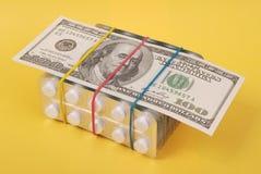 dollar hundra lays som packar vita tablets royaltyfri fotografi