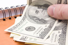 Dollar in Ihrer Hand stockfotografie