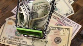 Dollar im Einkaufslaufkatzenwarenkorb stock video