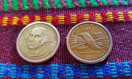 Dollar-Münzen im typischen Stoff lizenzfreie stockbilder