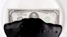 Dollar med oljasås för matställe arkivfilmer