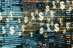 Dollar med skyskrapor som är upplysta på natten Arkivfoton