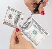 dollar 100 met schaar op wit wordt gesneden dat Royalty-vrije Stock Foto