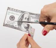 dollar 100 met schaar op wit wordt gesneden dat Stock Afbeeldingen