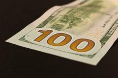 100 dollar miljard Ge?soleerde op zwarte achtergrond Selectieve nadruk stock foto