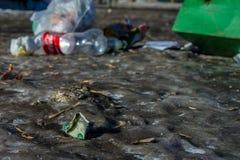 Dollar mit Abfall auf der Straße Stockfotos