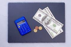 Dollar, mynt och räknemaskinen kritiserar på Royaltyfri Fotografi