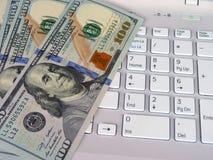 Dollar och dator Arkivbild