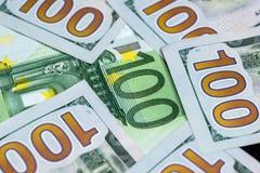100 dollar och euro 100 Arkivbild