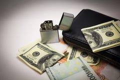 Dollar- och euroanmärkningar på en vit bakgrund arkivbilder