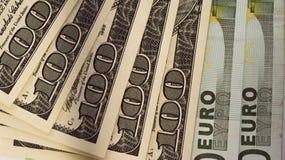 100 dollar och 100 eurosedlar på vitbok Royaltyfri Foto