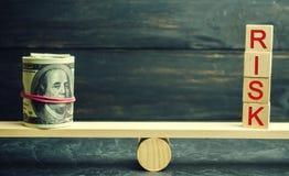 Dollar och inskriftrisken är på vågen Begreppet av den finansiella och ekonomiska risken Opålitlig investering Obetalt lån arkivbilder
