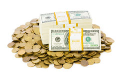 Dollar och mynt som isoleras på whiten Arkivbilder