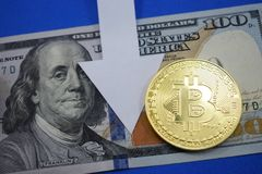 Dollar och myntbitcoin som nedgångar i pris Arkivbild