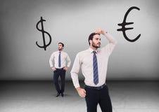 Dollar oder Euro mit dem Geschäftsmann, der in den entgegengesetzten Richtungen schaut Stockfoto