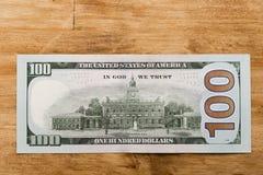 100 dollar på den gamla trätabellen royaltyfri fotografi