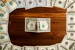 Dollar på en träbakgrund bästa sikt för dollar hög av dollaren Arkivfoto