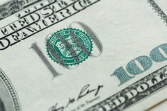 100 dollar räkning i USA-valutaslut upp Arkivbild