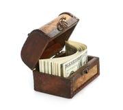 Dollar-räkningar i den gammala träskattbröstkorgen Arkivfoto