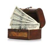 Dollar-räkningar i den gammala träskattbröstkorgen Royaltyfri Foto