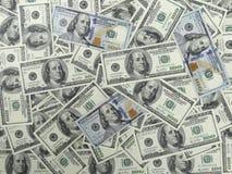 100 dollar räkningbakgrund - 1 framsida med gamla och nya räkningar Arkivbild