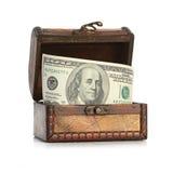 Dollar-Rechnungen im alten hölzernen Schatzkasten Stockfotografie