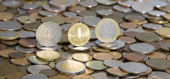 Dollar, rubel och euro på bakgrund av många gamla mynt royaltyfri fotografi