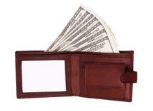 100 dollar sedel i öppen brun läderhandväska Arkivfoton