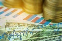 Dollar sedel med materielgrafen och dollar mynt Arkivbilder