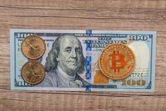 100 dollar sedel med nya faktiska pengar - bitcoin Arkivbilder
