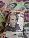 20 dollar sedel vikt upp och bakgrund med mexikanska sedlar Royaltyfri Bild