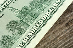 100 dollar sedlar på träbakgrund Royaltyfria Bilder