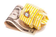 Dollar sedlar som hus och räknemaskinen på en vit bakgrund Hus på U S Dollar Arkivfoto