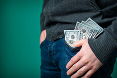 Dollar ser ut från facket av jeansmannen Royaltyfri Bild