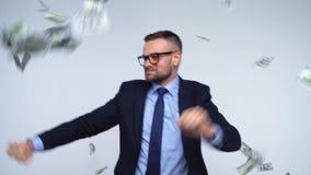 Dollar som faller på formellt klädd man lager videofilmer