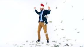 Dollar som faller på formellt klädd man i den Santa Claus hatten arkivfilmer