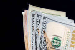 100 dollar som isoleras på svart Arkivbild
