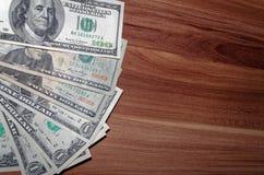 Dollar som ligger ut på träbakgrunden Royaltyfria Foton