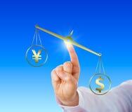 Dollar som väger mer än Yen On en guld- jämvikt Royaltyfria Foton