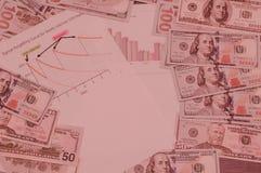 Dollar und Berechnungen auf hellrosa Hintergrund Lizenzfreie Stockfotos