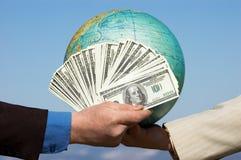 Dollar und Erde Stockbilder