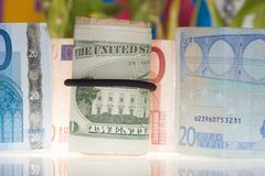 Dollar und Euro Stockfotos