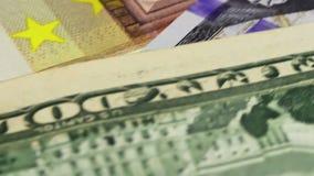 Dollar und Euro-Banknoten drehen sich stock footage