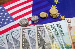 Dollar und Euro mit Flagge Stockfotos