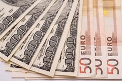 100 Dollar und 50 Eurobanknoten auf Weißbuch Stockfoto