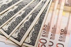 100 Dollar und 50 Eurobanknoten auf Weißbuch Stockfotos