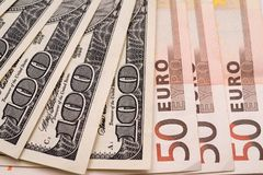 100 Dollar und 50 Eurobanknoten auf Weißbuch Lizenzfreies Stockfoto